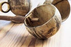 Dipper van kokosnotenshell wordt gemaakt, traditionele container voor drinki die Stock Afbeelding