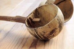 Dipper van kokosnotenshell wordt gemaakt, traditionele container voor drinki die Stock Fotografie