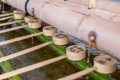 Dippers pour l'eau de purification dans le tombeau de Shinto image stock