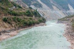 DIQING, КИТАЙ - 18-ОЕ МАРТА 2015: Река Lancang известное тибетское vil Стоковые Изображения RF