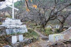 DIQING, CHINA - 17 DE MARZO DE 2015: El cementerio católico en Cizhong A Fotografía de archivo libre de regalías