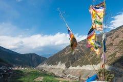 DIQING, CHINE - 17 MARS 2015 : Drapeau de prière chez Cizhong un Ti célèbre Image stock