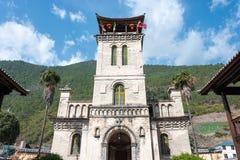DIQING, CINA - 17 MARZO 2015: La chiesa cattolica di Cizhong Una chitarra elettrica dello stratocaster del F Fotografie Stock Libere da Diritti
