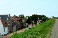 Dique-casas del pueblo holandés Colijnsplaat imágenes de archivo libres de regalías