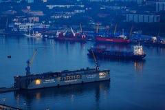 Dique flotante seco en la bahía de oro del cuerno en Vladivostok por la tarde con la iluminación externa imagenes de archivo