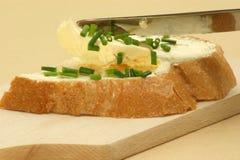 diríjase el pan hecho con mantequilla y un cuchillo Imagenes de archivo