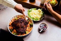 Diríjase la acción de gracias hecha Turquía en una placa con la salsa de las zanahorias, de arándano y las patatas Imagen de archivo