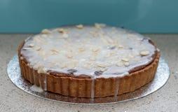 Diríjase la torta agria cocida de Bakewell en el disco de la hoja La foto muestra los pasteles, la formación de hielo blanca y la Imagenes de archivo