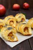 Diríjase los panecillos hechos de los cruasanes con las manzanas, adornadas con las semillas de amapola Fotos de archivo