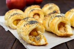 Diríjase los panecillos hechos de los cruasanes con las manzanas, adornadas con las semillas de amapola Imagenes de archivo