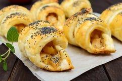 Diríjase los panecillos hechos de los cruasanes con las manzanas, adornadas con las semillas de amapola Foto de archivo libre de regalías