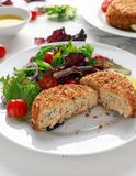 Diríjase los salmones, la espinaca y la patata hechos de la croqueta de pescados servido en la placa con las verduras Fotos de archivo
