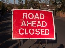 Dire de chantier et de panneau routier de construction fermé en avant Photos libres de droits