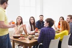 Dire le pain grillé au dîner de partie avec des amis Photo libre de droits
