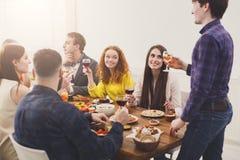 Dire le pain grillé au dîner de partie avec des amis Image stock