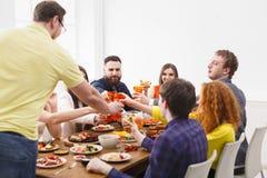 Dire le pain grillé au dîner de partie avec des amis Photographie stock