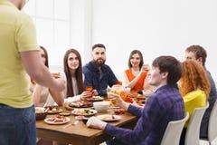 Dire le pain grillé au dîner de partie avec des amis Photographie stock libre de droits