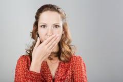 Dire segreto della donna è calmo. immagini stock