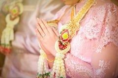 Dirección de la boda en las mujeres del cuello Imagenes de archivo