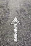 Dirección de la flecha en el asfalto Imágenes de archivo libres de regalías