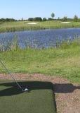 Dirección de la pelota de golf en una igualdad tres Imágenes de archivo libres de regalías