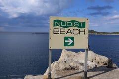 Dirección de la playa del nudista, Croacia Fotos de archivo