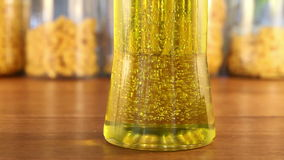 Dirección de oro del cambio de las burbujas en Olive Oil Jar almacen de metraje de vídeo