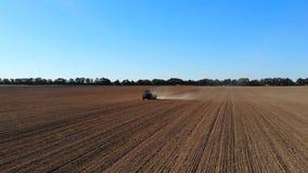 Dirección del campo del tractor almacen de metraje de vídeo