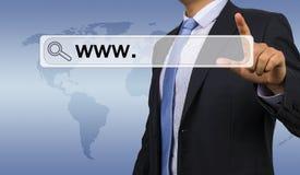 Dirección del web del hombre de negocios que entra Foto de archivo