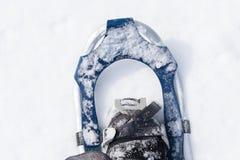 Dirección hacia fuera hacia un paseo en nieve fresca Fotos de archivo libres de regalías