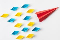 Dirección, influencer, KOL, concepto dominante del líder de opinión, rojo grande fotos de archivo