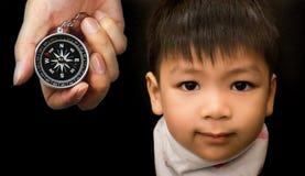Dirección y advisory adultos de la necesidad de los pequeños niños Foto de archivo
