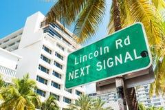 Direcciones de la marca de la placa de calle a Lincoln Road, Miami Foto de archivo libre de regalías