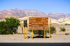 Direcciones y distancias del camino fijado cerca del centro del visitante de la cala del horno; el desierto y las montañas ajardi imagenes de archivo