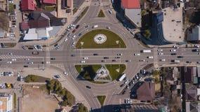 Direct boven mening van stedelijk verkeer, rotonde, de auto's van het verbindingsverkeer stock afbeeldingen