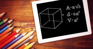Directamente sobre el tiro de la fórmula en tableta digital con color dibujaron a lápiz en la tabla de madera foto de archivo