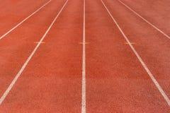 Directe atletiekrenbaan bij Sportstadion stock afbeelding