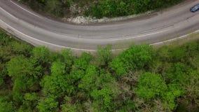 Directement au-dessus de la vue de la route de enroulement de montagne avec des voitures clips vidéos
