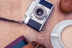 Directement au-dessus du tir du vieil appareil-photo avec les journaux intimes et le café Photographie stock