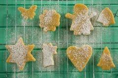 Directement au-dessus du tir du sucre en poudre sur des biscuits au-dessus de support de refroidissement Photos stock