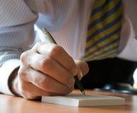 Directeur écrivant une note Photos libres de droits