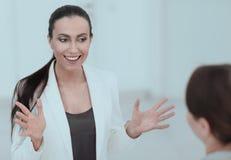 Directeur actif de femme parlant avec un client Photographie stock