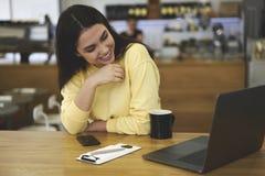Directeur administratif féminin attirant appréciant la tasse de café d'arome Photographie stock libre de droits