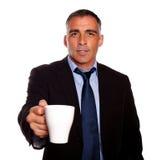 Directeur attrayant avec une tasse blanche Photos stock