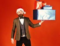Directeur avec la barbe et la pile des cadeaux de Noël images stock