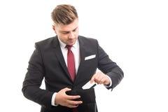 Directeur beau mettant la carte de crédit dans le portefeuille Image stock