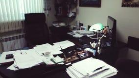 Directeur bij het bureau, het herzien bedrijfsdocumenten, rasspisyvaesyadocumenten stock footage