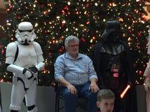 Directeur célèbre George Lucas de la concession de starwars pose avec des caractères de starwars photos stock