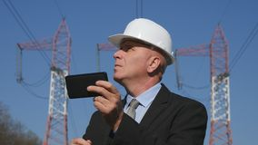 Directeur Checking Technical Parameters de travaux d'ingénierie utilisant l'appli mobile photos stock
