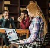 Directeur commercial travaillant sur l'ordinateur portable avec un rapport de vente Images libres de droits